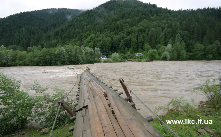 На Прикарпатті дитина впала з мосту із висоти чотири метри